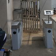 武汉铁路局二七单身公寓人脸通道闸调试完毕。